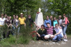 gruppe-auf-monte-sole-mahnmal